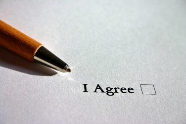 """feuille avec une case à cocher avec la mention """"I agree"""", pour l'action de donner son accord"""